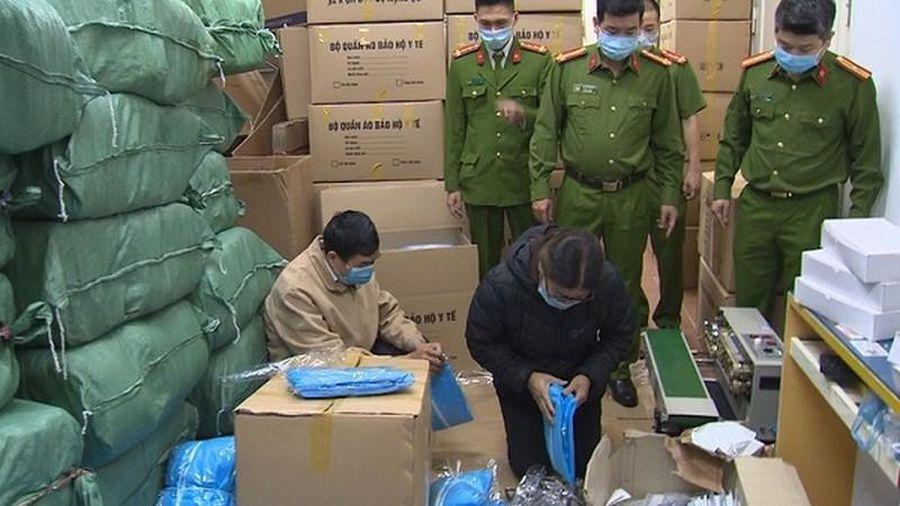 Làm giả gần 15.000 bộ trang phục phòng Covid-19, một Phó Giám đốc bị truy tố
