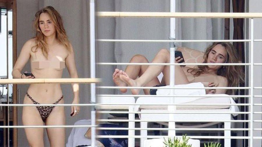 'Thả rông' trong nhà, bạn gái tài tử 'Chạng vạng' Robert Pattinson bị chụp trộm