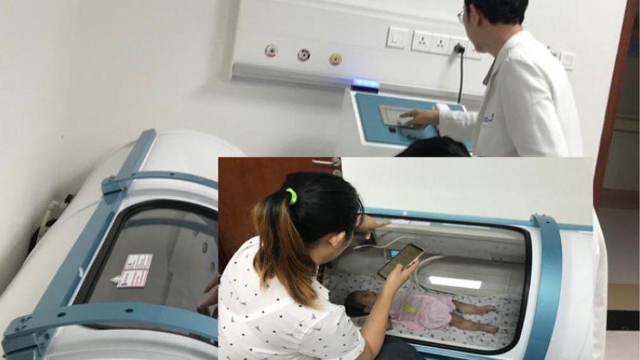 Dùng 'lồng oxy cao áp' hồi phục não cho bé gái bị điện giật
