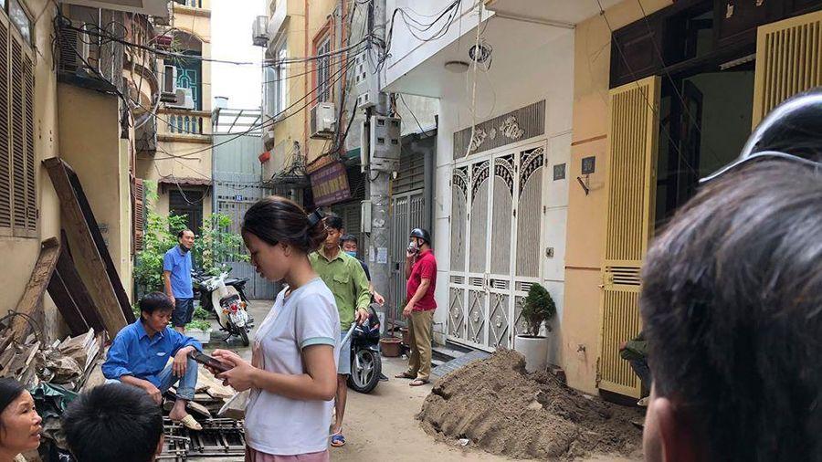 Hà Nội: Xe rùa rơi từ tầng 5 công trình xây dựng trúng người đi đường