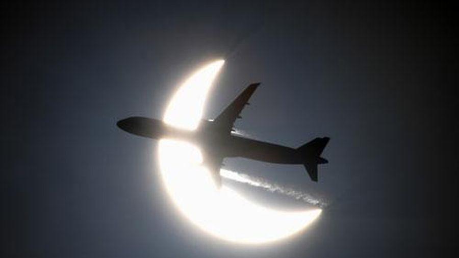 Chiêm ngưỡng những bức ảnh ghi lại khoảnh khắc máy bay 'xuyên qua' nhật thực hiếm gặp