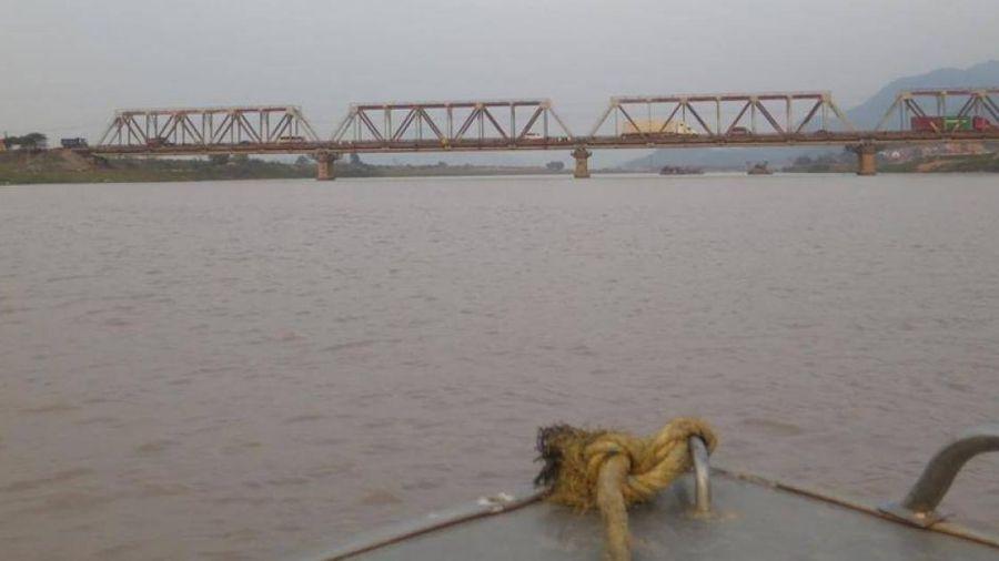 Báo hiệu nào hay gặp ở cầu vượt sông, phân biệt thế nào?