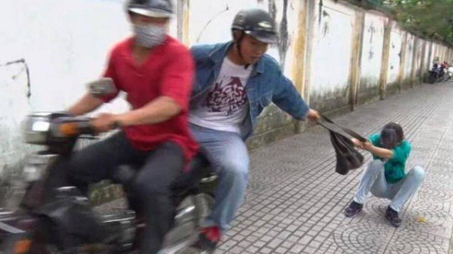 Chở con nhỏ trên xe máy người phụ nữ bị cướp túi xách té chấn thương sọ não