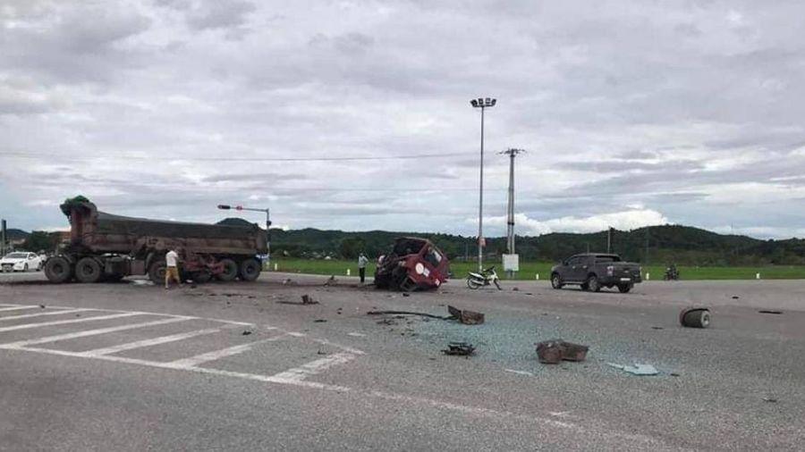 Video TNGT ngày 3/8: Tài xế xe ben tử vong sau va chạm với xe khách