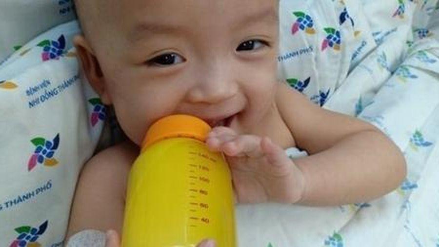 Hai bé Trúc Nhi - Diệu Nhi đã cai máy thở, tự cầm bình sữa uống