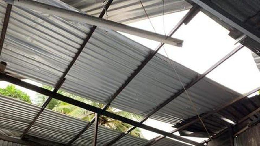 Hàng trăm căn nhà ở miền Tây sập, tốc mái do mưa bão