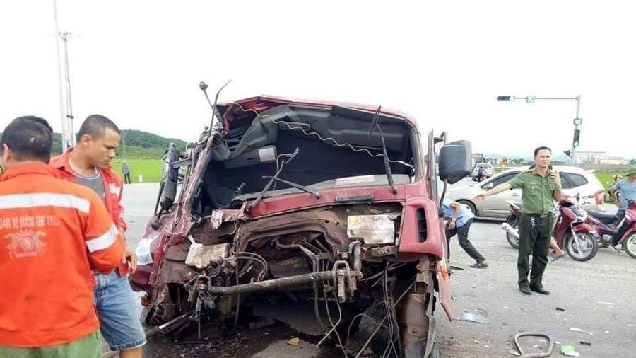 Va chạm kinh hoàng khiến xe tải 'rụng đầu', nhiều người bị thương