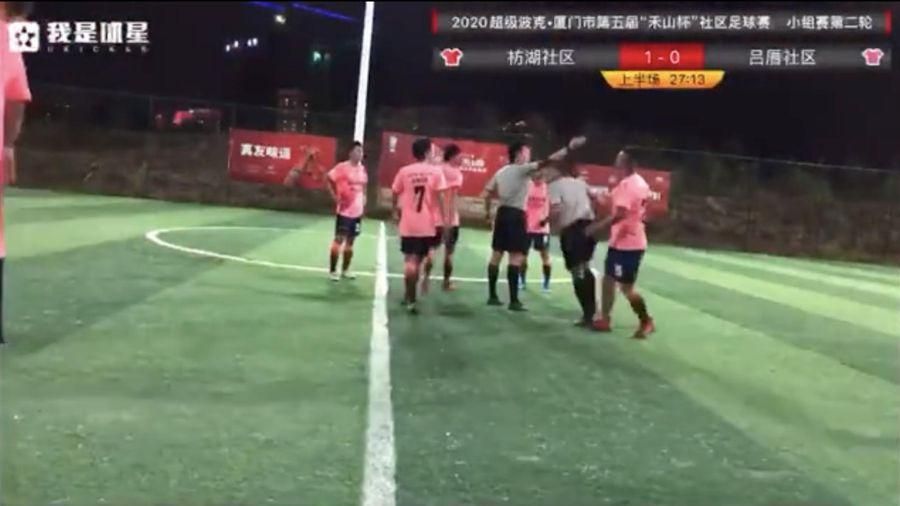 Cầu thủ Trung Quốc đánh lén thô bạo khiến trọng tài nằm sân
