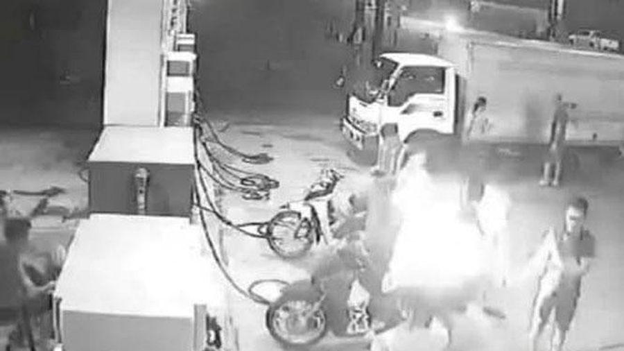 Xử phạt 3 thanh niên châm lửa hút thuốc khi đổ xăng
