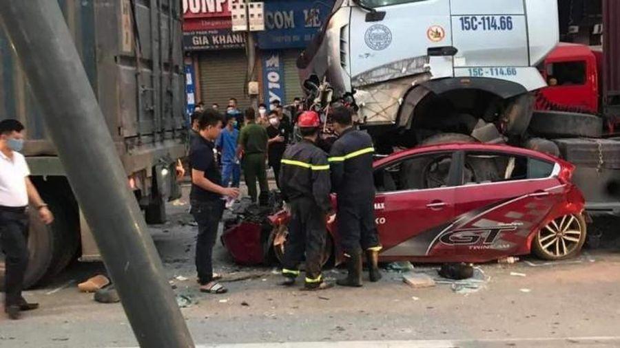 Xe Container đè nát ô tô 4 chỗ khi đang dừng đèn đỏ, 3 người tử vong tại chỗ
