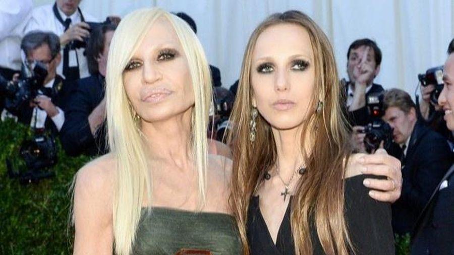 Cô gái thừa kế hãng Versace ghét thời trang, gầy trơ xương vì biếng ăn