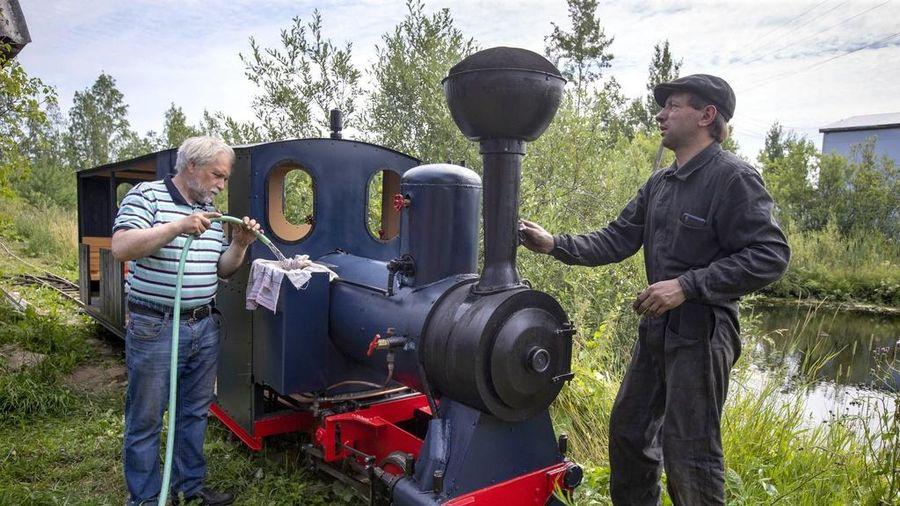 Đam mê xe lửa, người đàn ông Nga tự chế đoàn tàu của riêng mình