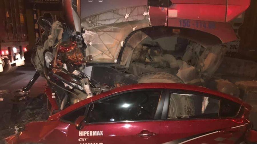 Xe container đè bẹp ôtô con, 3 người chết