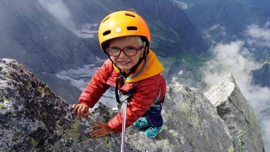 Bé trai 3 tuổi chinh phục đỉnh núi cao hơn 3.000 m