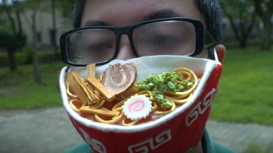 Họa sĩ Nhật tạo ra khẩu trang hình tô mỳ truyền thống