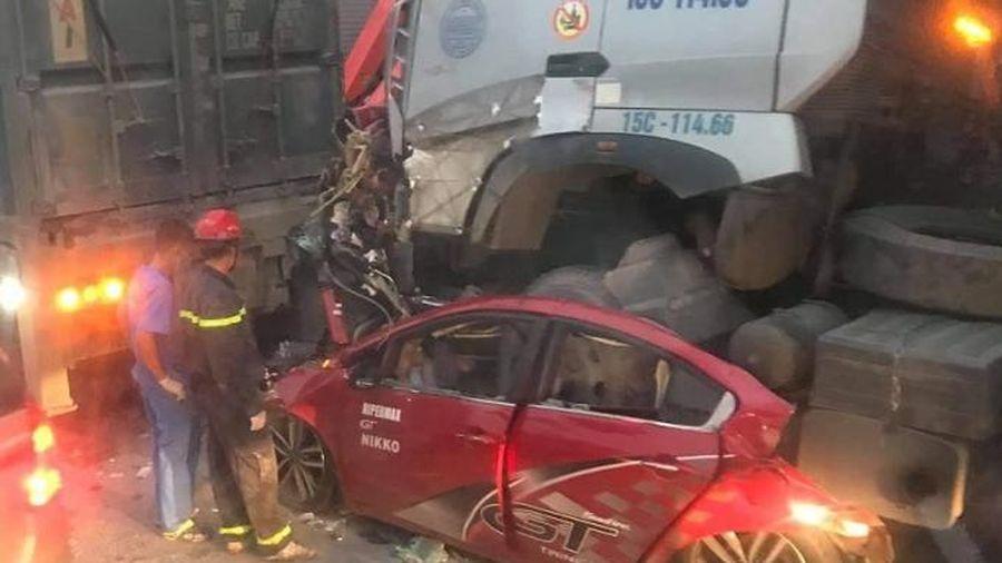 Xe ô tô dừng đèn đỏ bị cotainer đè bẹp, 3 người tử vong