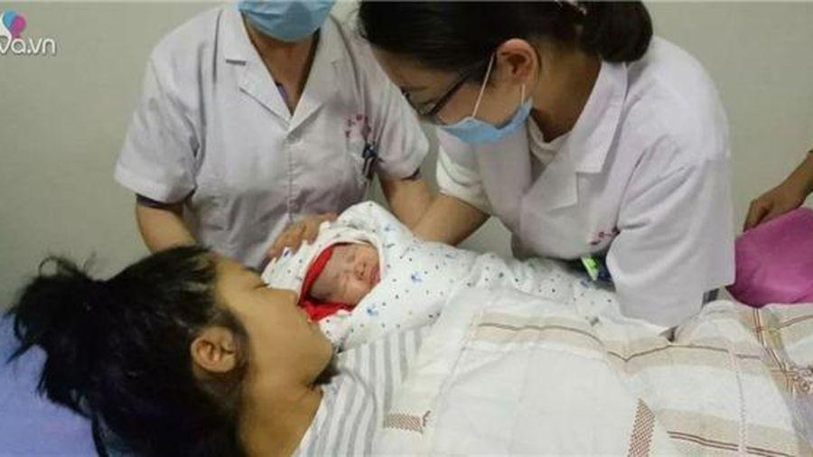 Đẻ con ngoan hiền không khóc, chưa kịp mừng mẹ ngã quỵ khi đứa trẻ... tử vong