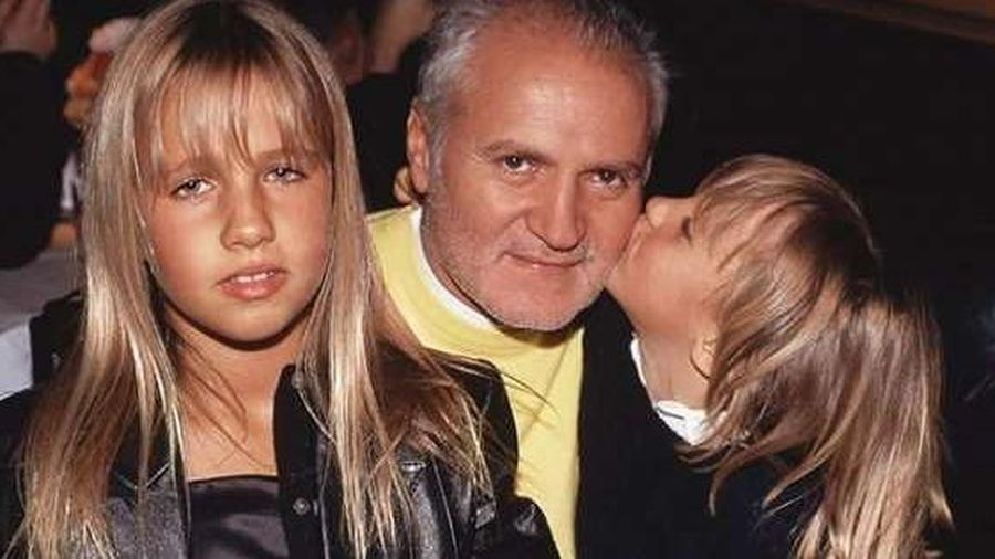 Ngạc nhiên ngoại hình của cô gái thừa kế hãng Versace