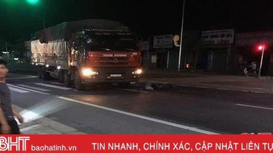 Đạp xe qua ngã 3 trên QL 1A ở Hà Tĩnh, một phụ nữ bị xe tải tông tử vong