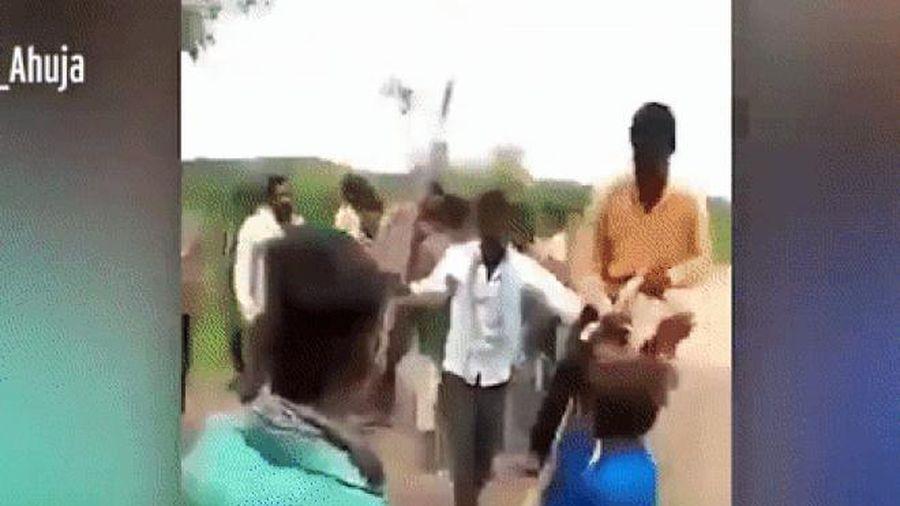 Bị nghi ngoại tình, người phụ nữ phải cõng chồng trên vai đi khắp làng