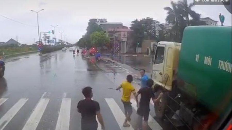 Clip: Xích mích giao thông, các tài xế cầm tuýp sắt đuổi đánh nhau trên đường