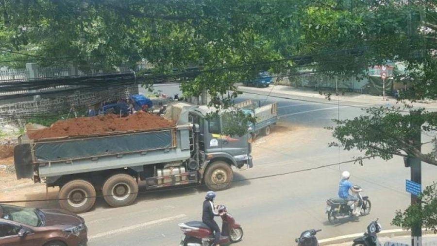 Gia Lai: Họp chợ ven đường Hồ Chí Minh, xe chở đất rơi vãi gây mất ATGT