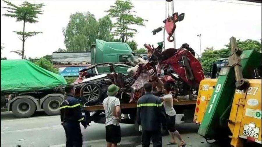 Hà Nội: Ô tô con bị container chồm lên nóc khi đang dừng đèn đỏ, 3 tử vong, 1 người khó qua khỏi