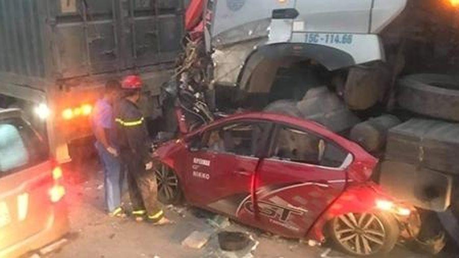 Danh tính 4 nạn nhân trong vụ ô tô con bị container đè