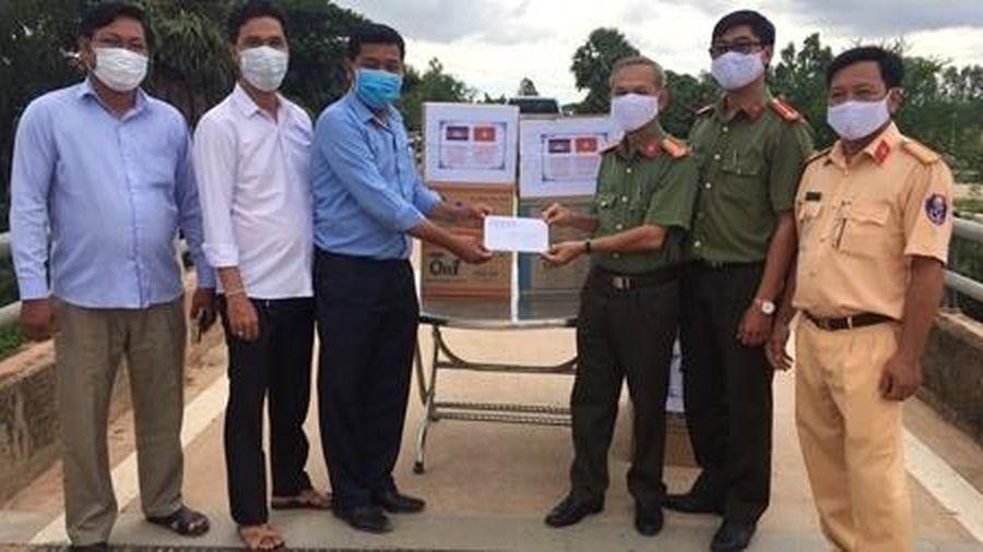 Tặng vật tư y tế chống COVID-19 cho huyện Svay chrum - Campuchia