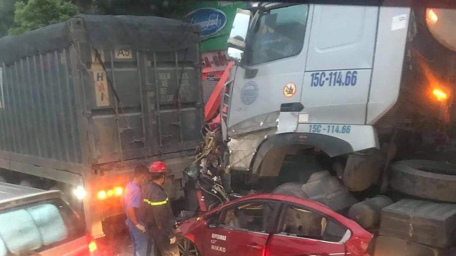Hai xe đầu kéo 'ốp nát bét' xe ô tô con khiến 3 người chết tại chỗ