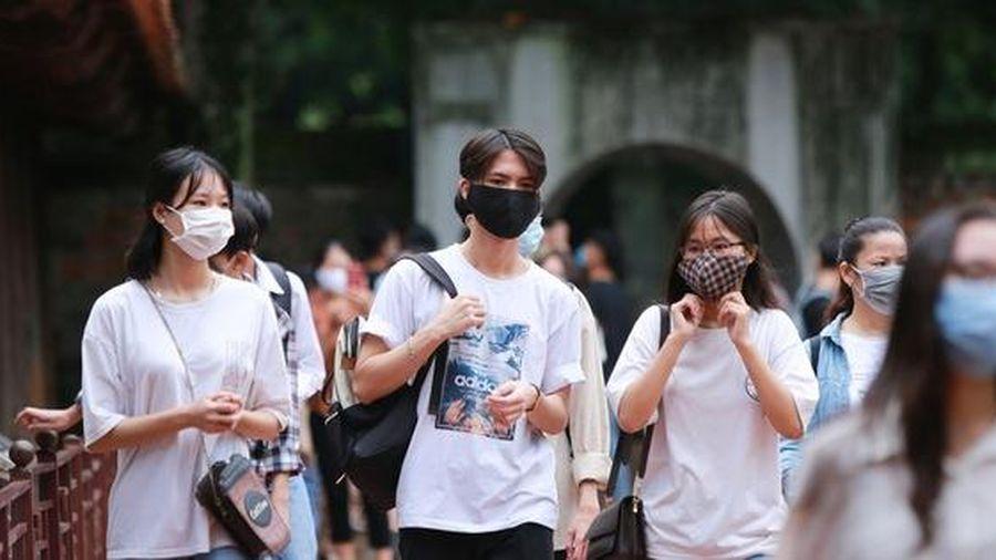 Hà Nội: Sĩ tử đeo khẩu trang đến Văn Miếu cầu may trước kỳ thi tốt nghiệp THPT 2020