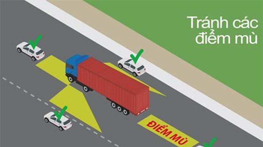 Kinh nghiệm 'xương máu' để bảo vệ bản thân khi di chuyển gần xe container