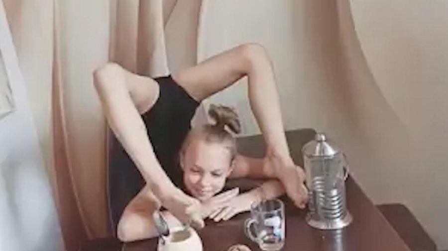 Bé gái sở hữu kỹ năng uốn cong người, có thể làm mọi thứ bằng chân
