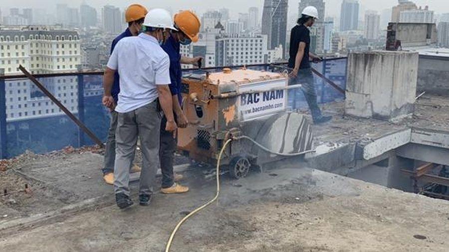 Hà Nội: Bắt đầu cắt sàn mái tầng 18 công trình vi phạm số 8B Lê Trực