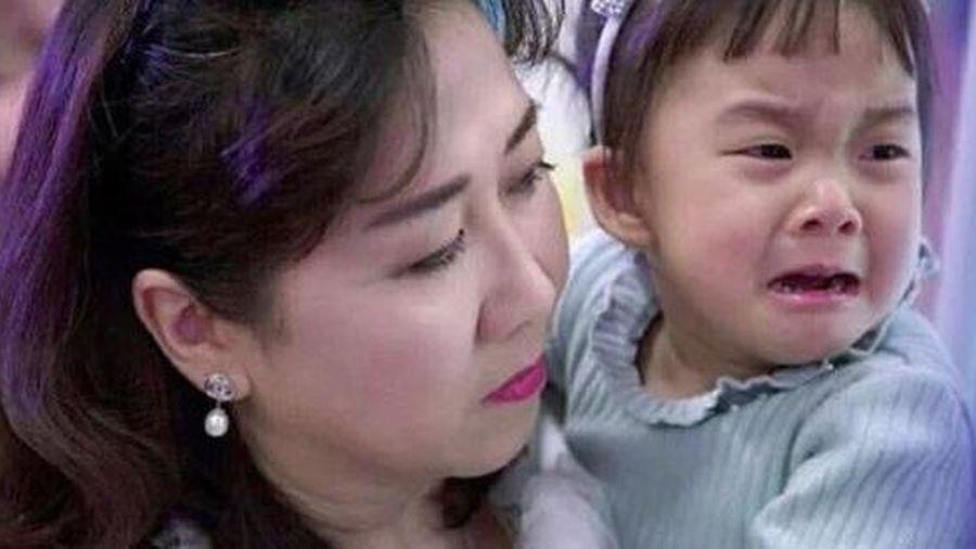 Bé gái khóc ầm ĩ trên xe bus và bài học sâu xa khiến phụ huynh giật mình nhìn lại