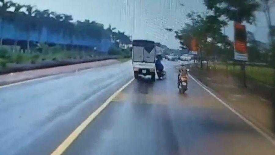 Xe tải va chạm với xe máy, người đi đường tung clip chỉ rõ nguyên nhân
