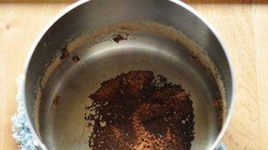 Nồi chảo cháy đen chỉ cần đổ chai nước này vào đun, 30 phút sau cho kết quả ngỡ ngàng
