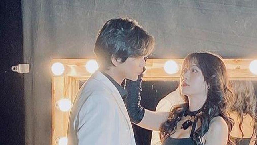 Tim tung ảnh ngọt ngào với một cô gái lạ mặt sau 2 năm chia tay Phạm Quỳnh Anh: 'Anh vẫn chờ đợi ánh nắng của đời mình xuất hiện'