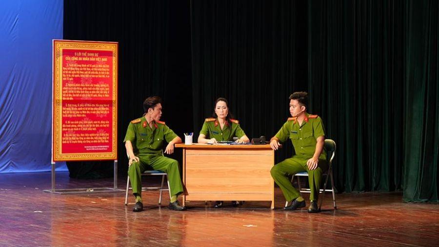 NSƯT Trịnh Kim Chi nhận Huy chương vàng vở diễn 'Ai ngoại phạm'