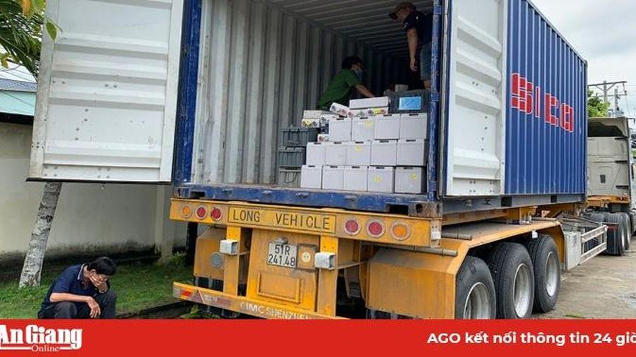 Bắt quả tang xe tải và rơ móc đang chuyển khoảng 28 tấn bình ắc quy không giấy tờ