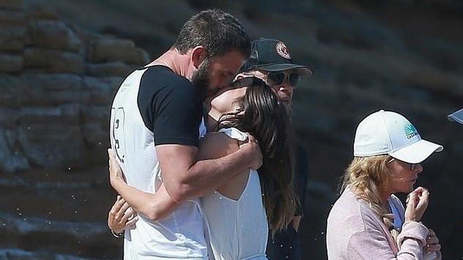 Ben Affleck và bạn gái xinh đẹp hôn nhau ngọt ngào trên bãi biển
