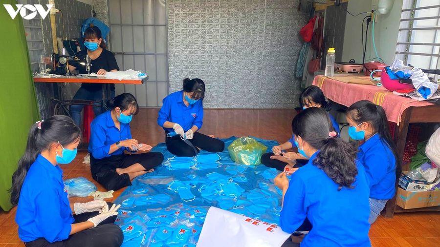 Thanh niên Đắk Lắk làm hàng ngàn mặt nạ chắn giọt bắn và khẩu trang