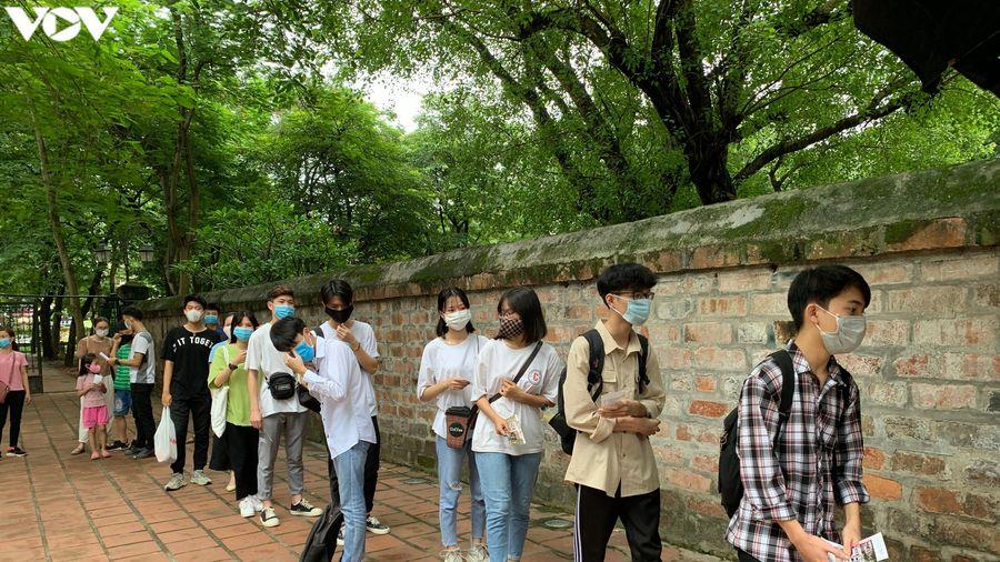Chen chân cầu may ở Văn Miếu - Quốc Tử Giám trước kỳ thi tốt nghiệp THPT 2020