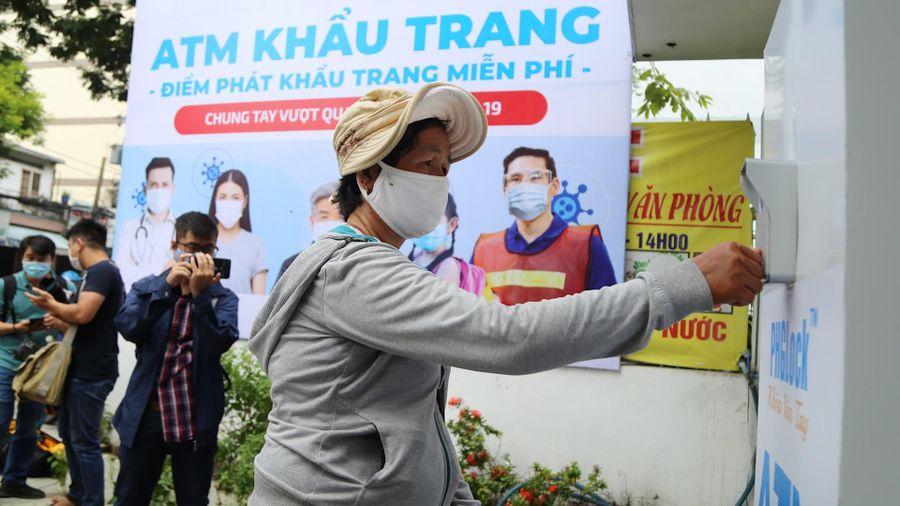 Cận cảnh 'ATM khẩu trang' đầu tiên ở Sài Gòn