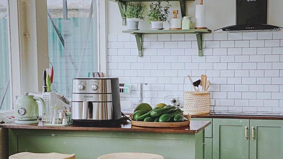 Vợ chồng trẻ chi 50 triệu cải tạo căn bếp màu xanh giữa Đà Lạt