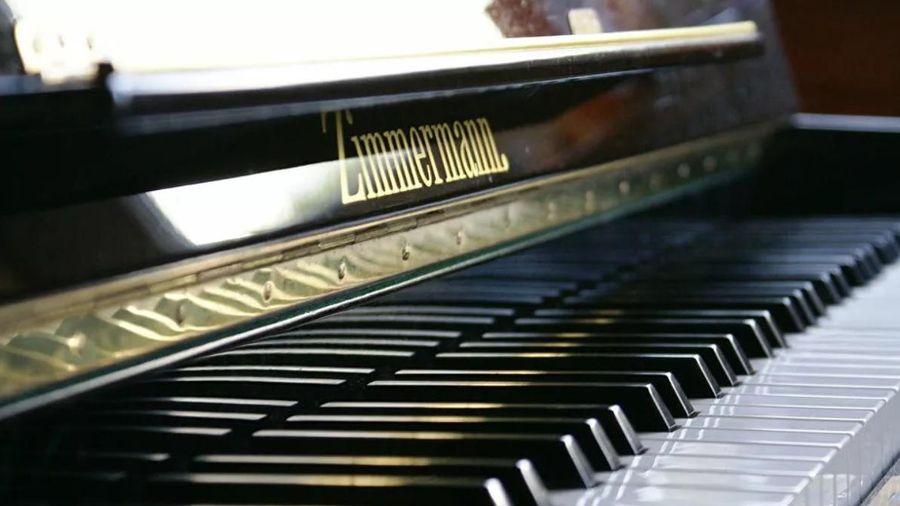 Xúc động người phụ nữ Beirut chơi piano trong căn nhà đổ nát