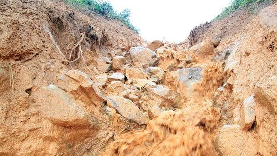Lào Cai: Ngủ lại lán trại trông gia súc, 2 vợ chồng tử vong do bị đất đá vùi lấp