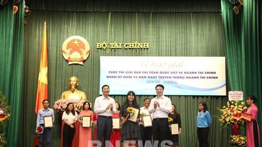 Phóng viên BNEWS và trang tin BNEWS nhận giải thưởng Cuộc thi báo chí về ngành tài chính