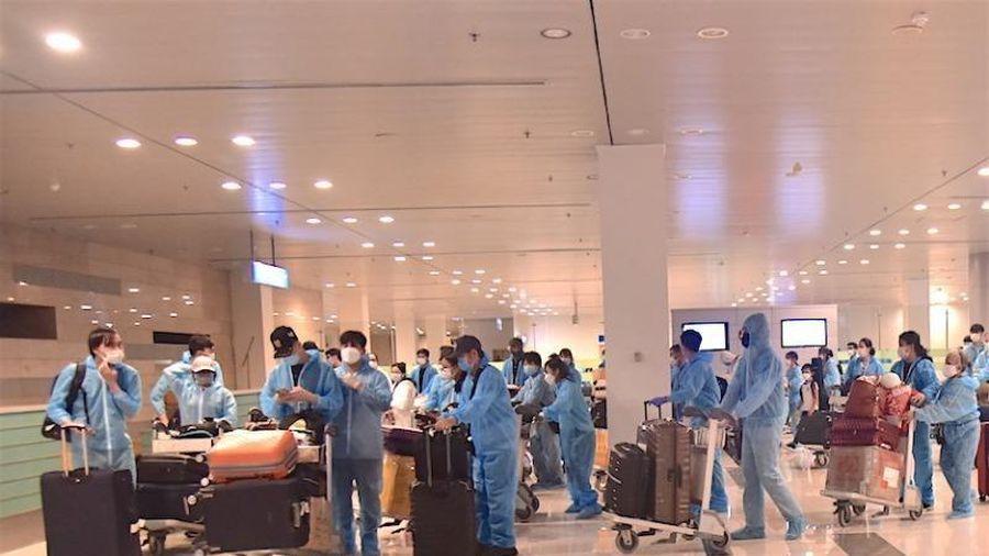 309 công dân Việt Nam từ Singapore nhập cảnh ở sân bay Cần Thơ