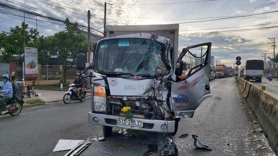 Tin tức tai nạn giao thông mới nhất hôm nay 7/8: Tông đuôi xe tải dừng chờ đèn đỏ, tài xế kẹt cứng trong cabin